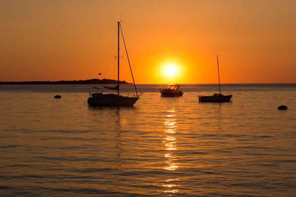 Mořské pobřeží a západ slunce